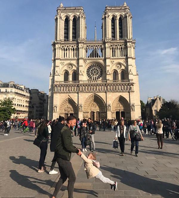 Nhà thờ Đức Bà Paris gần 1 tiếng trước vụ cháy hôm 15/4. Ảnh: Twitter.