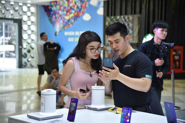 OPPO F11 và F11 Pro là mẫu smartphone hướng đến giới trẻ, chú trọng nhiều đến camera sau gồm hai máy ảnh 48 MP và 5 MP với tính năng chụp chân dung, giúp người dùng tạo nên những bức hình đẹp trong nhiều điều kiện ánh sáng khác nhau.