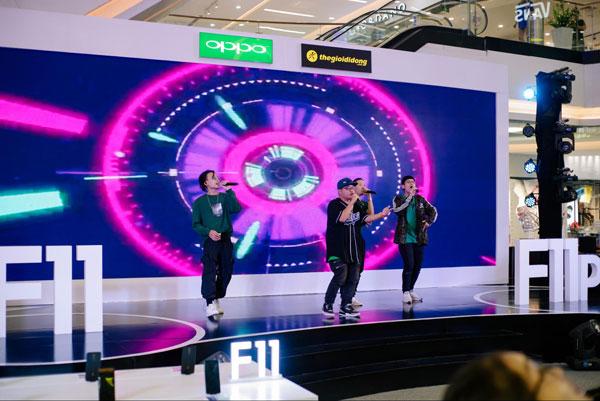 Đêm hội sắc màu chuyên gia chân dung còn thu hút sự chú ý của đông đảo khán giả với màn nhảy mở màn