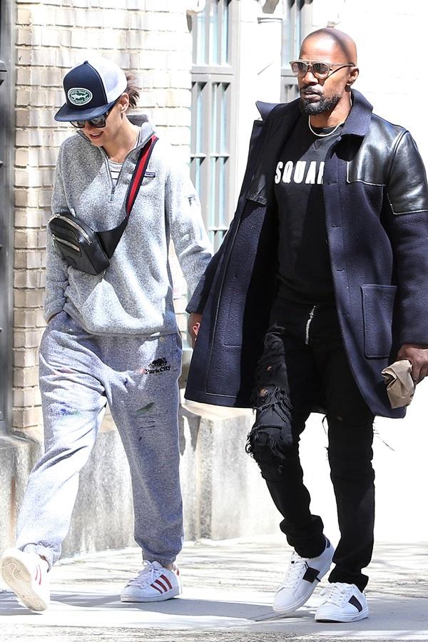 Katie Holmes mặc đồ thể thao giản dị, nắm tay bạn traiJamie Foxx dạo phố New York.