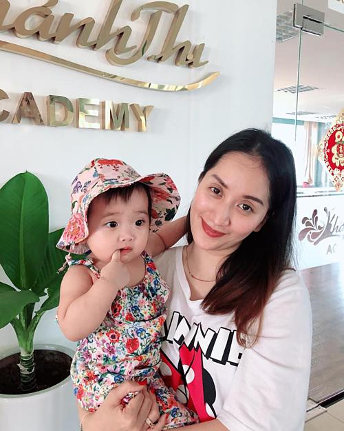 Khánh Thi cho biết pose hình với con gái khó lắm nha.