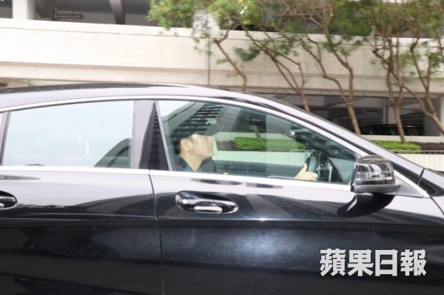 Mã Quốc Minh lái xe đi làm chiều 16/4, mặt không có lấy một nụ cười.