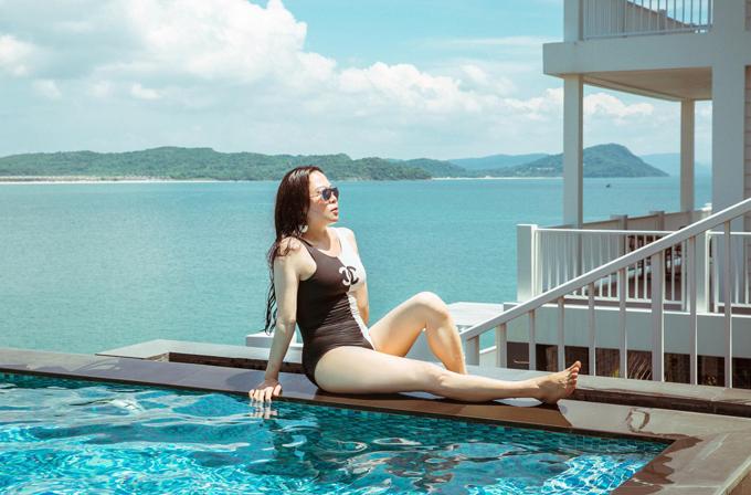 Phượng Chanel cho biết diễn viên Người bất tử đang bận chăm sóc trang trại chung của cả hai ở Đồng Nai nên cô đi Phú Quốc một mình.