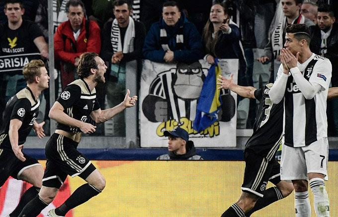 Tuy nhiên chỉ ít phút sau bàn thắng của tiền đạo Bồ Đào Nha, Ajax gỡ hòa với pha lập công của Donny van de Beek