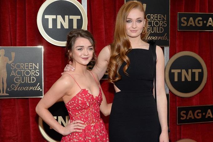 Sophie Turner (phải) và Maisie Williams đóng vai chị em trong phim, thân thiết ở ngoài đời.