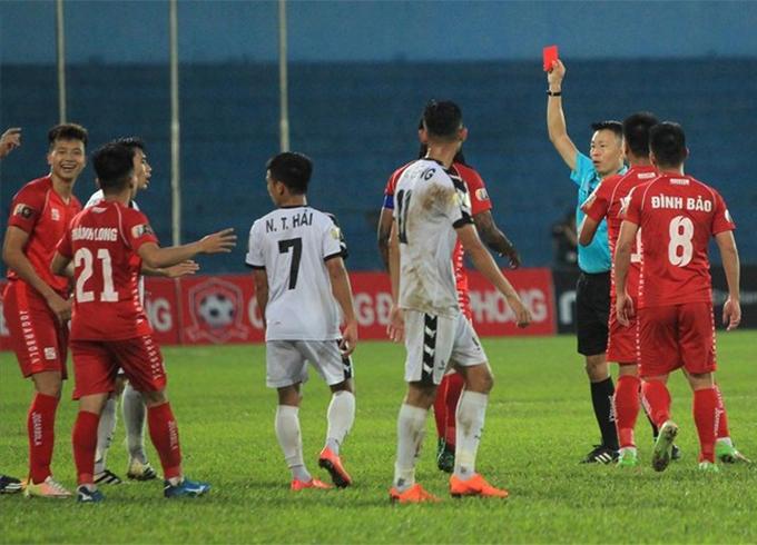 Trọng tài Trần Trung Hiếu bị các cầu thủ Hải Phòng phản ứng vì rút nhầm thẻ đỏ với Trịnh Văn Lợi.
