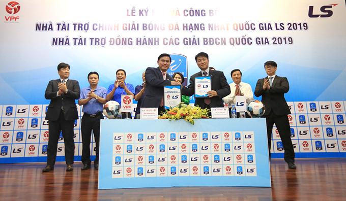 Tổng Giám đốc VPF Trần Anh Tú bắt tay đại diện nhà tài trợ LS trong lễ ký kết.