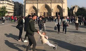 Màn 'khiêu vũ' của cặp cha con trước lúc Nhà thờ Đức Bà bốc cháy