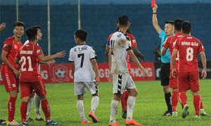 Trọng tài rút nhầm thẻ đỏ với cầu thủ Hải Phòng bị treo còi