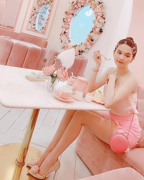 Ngọc Trinh nhận mình là cô gái yêu màu hồng, ghét sự giả dối.