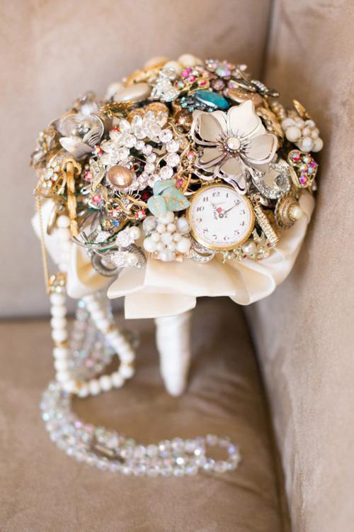 Cô dâu sử dụng trâm cài đầu, các loại trang sức để tạo ra bó hoa không đụng hàng. Bó hoa này sẽ dành cho đám cưới mang chất hoài cổ.