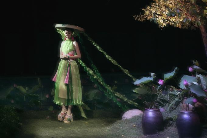 Khán giả trầm trồ khi thấy sàn diễn thời trang được xây dựngtựa như bức tranh với những hình ảnh thân thuộc như thảm cỏ xanh non, gốc đa sân đình, áo sen, ao cá chép...