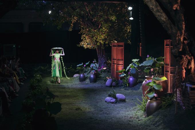 Tối 17/4 show diễn thời trang cá nhân đầu tiên của nhà thiết kế Thủy Nguyễn tổ chức tại TP HCM thu hút nhiều người đẹp, người mẫu nổi tiếng. Đặc biệt chim công làng múa - Linh Nga cũng gây ấn tượng khi xuất hiện trên sàn catwalk.