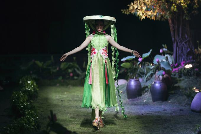 Những bước đi uyển chuyển của Linh Nga trong khu vườn đậm chất thơ tạo nên điểm nhấn cho chương trình.