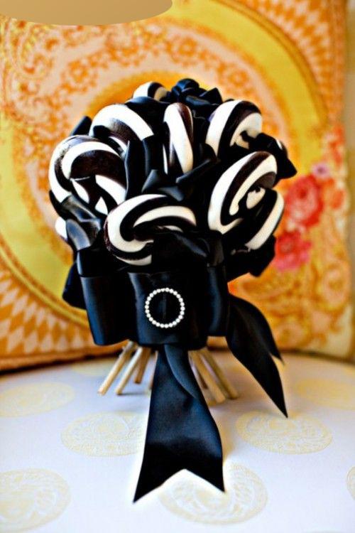 Bó hoa kết từ... kẹo mút theo sở thích của cô dâu. Nếu có ý định tạo ra bó hoa giống thế này, cô dâu có thể chọn các cây kẹo giống nhau và dùng ruy băng để cố định chùmhoa kẹo.