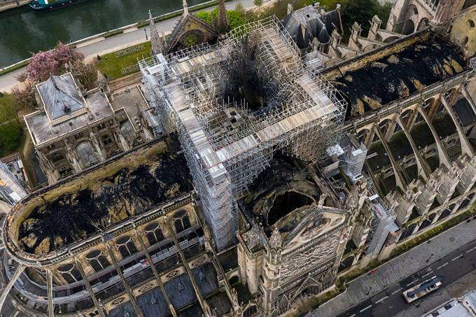 Thiệt hại Nhà thờ Đức Bà Paris sau vụ cháy nhìn từ trên cao. Ảnh:AP.