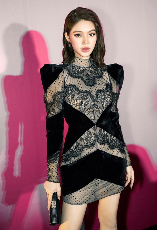 Jolie Nguyễn sang trọng, gợi cảm với váy ren ôm khít cơ thể. Cô đeo trang sức, cầm ví hàng hiệu dự buổi ra mắt một nhãn hiệu mỹ phẩm, tối 17/4.