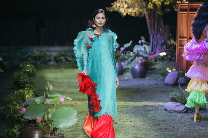 Phom dáng trang phục biến chuyển từ nhẹ nhàng, tung bay, phom dáng rộng đến các kiểu váy cánh bướm gợi cảm để mang tới nét phong phú cho tổng thể.