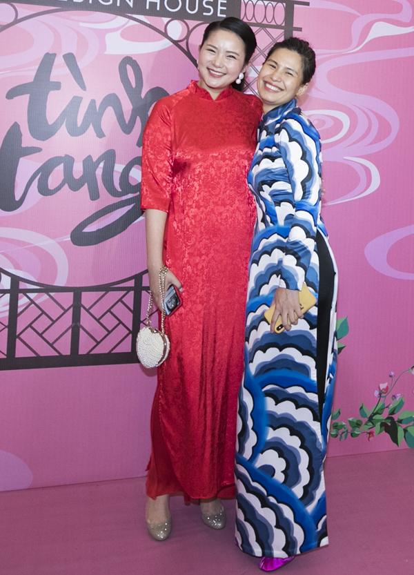 Người đẹp tới chúc mừng nhà thiết kế Thủy Nguyễn tổ chức show diễn cá nhân Tình tang, giới thiệu sưu tập áo dài mới.