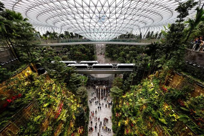 Khu tổ hợp này được lên thiết kế bởi kiến trúc sư nổi tiếng Moshe Safdie với ý tưởng về một khu vườn kỳ diệu, Jewel Changi Airport rộng hơn 130.000 m2 và có chi phí đầu tư lên tới 1,25 tỷ USD.