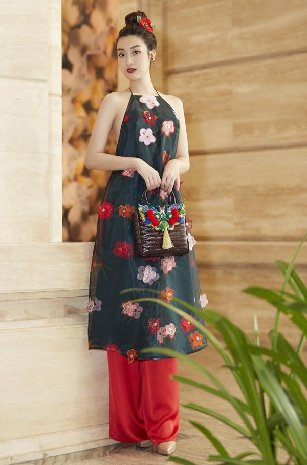Hoa hậu Đỗ Mỹ Linh gợi cảm trong bộ áo dài cách điệu cổ yếm.