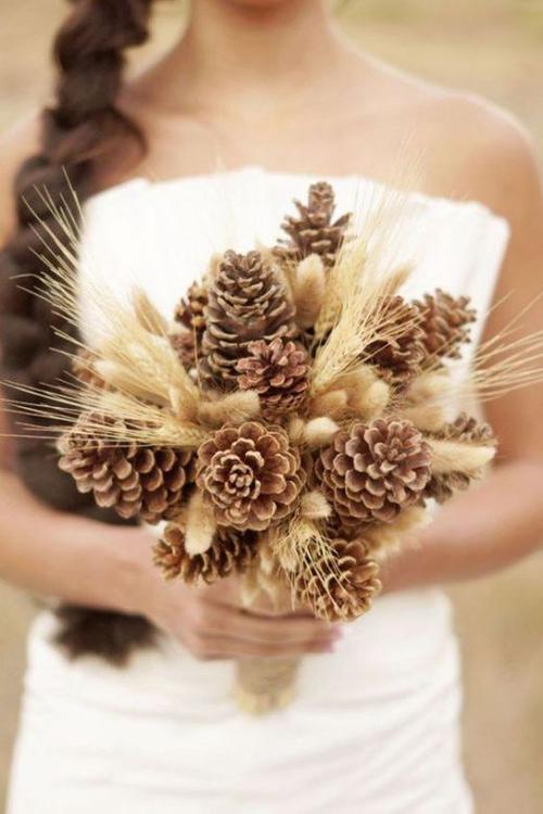 Hoa cầm tay được kết từ quả thông dành cho tiệc cưới theo phong cách rustic.