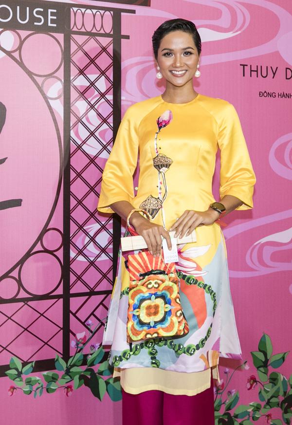 HHen Niê rực rỡ trong thiết kế áo dài hai lớp, màu sắc nổi bật.
