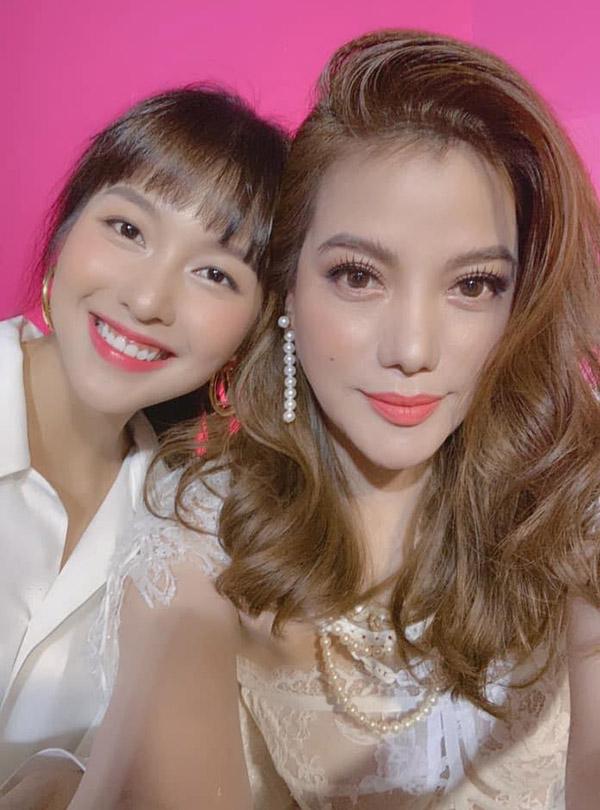 Bà trùm của phim Hương Ga thân thiện chụp ảnh selfie cùng diễn viên Khả Ngân.