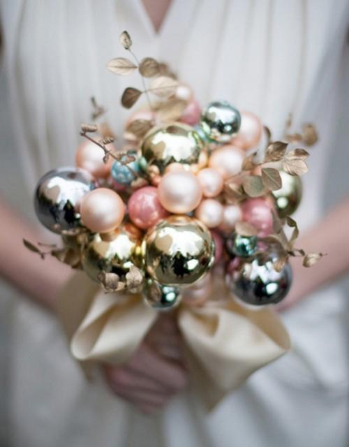 Hoa cầm tay kết từ các quả bóng trang trí cho cây thông dịp Giáng sinh. Đây là gợi ý dành cho các cặp sẽ cưới vào mùa Noel.