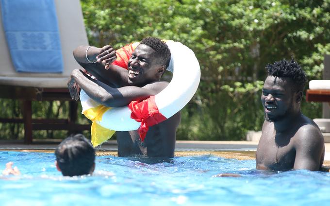 Quang Hải cùng đồng đội đi bơi ở Yangon