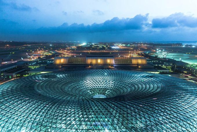 Mái vòm của toàn bộ khu phức hợp Jewel được cấu tạo mạng lưới kính khung thép được đan vào nhau một cách tinh tế lấy ánh sáng tự nhiên cho cả khu vực rộng lớn.