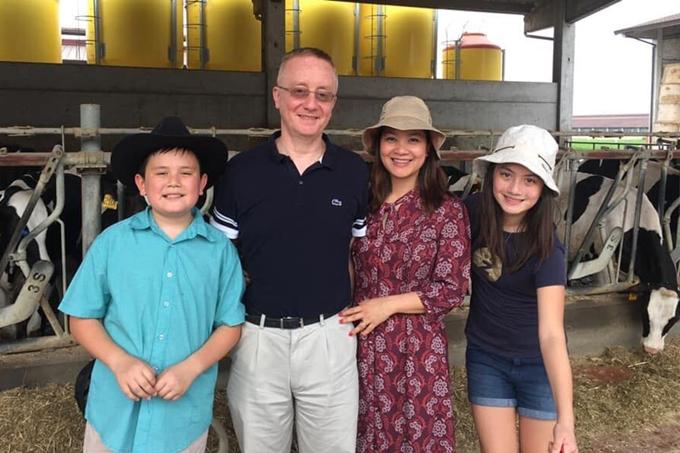 Kim Ngân hạnh phúc bên ông xã và hai con Gulia (phải) và Alberto.