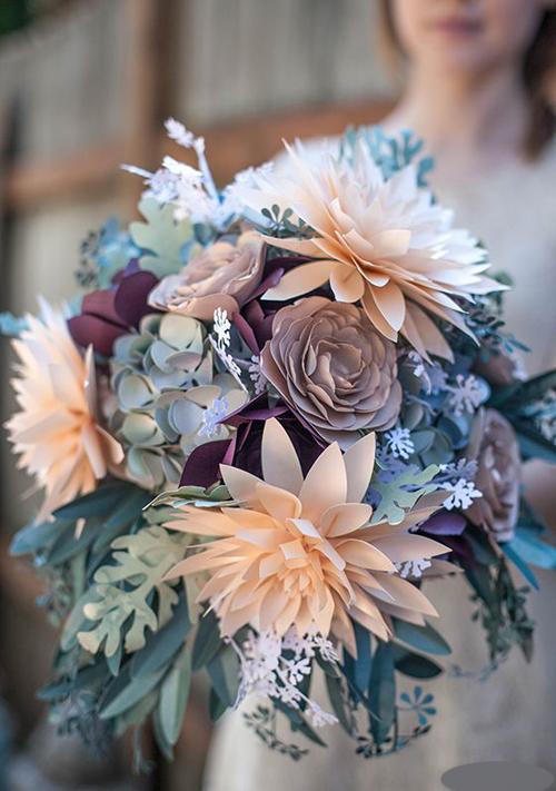 Cô dâu đã sử dụng những tấm giấy màu để tạo ra bó hoa cưới không lo héo. Bạn có thể thay thế giấy màu bằngnhững lá thư tình mà cả hai từng viết cho nhau hoặc các tấm thiệp kỷ niệm.