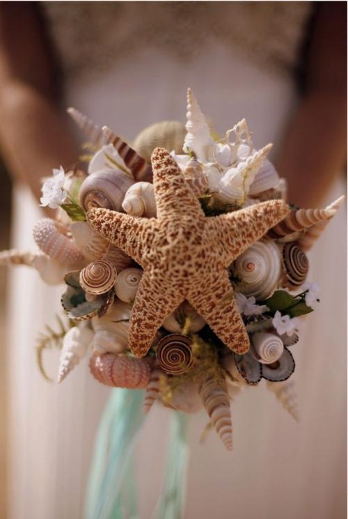 Tiếp tục là gợi ý cho đám cưới diễn ra ở biển. Hoa cầm taytừvỏ sò, sao biển chắc chắn sẽ làm cho đám cưới của bạn thêm thú vị.