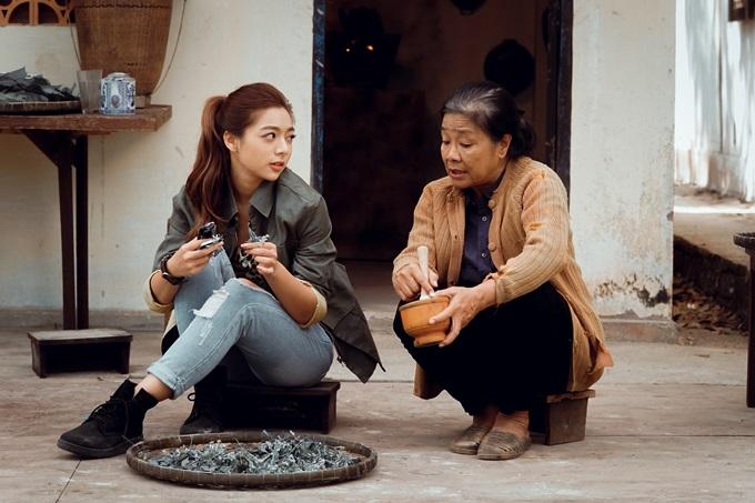 Nghệ sĩ Tú Trinh (phải) vào vai mẹ của Vy là một ẩn số ấn tượng của phim.