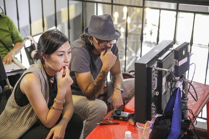 Kathy Uyên (trái) lần đầu ngồi ghế đạo diễn.