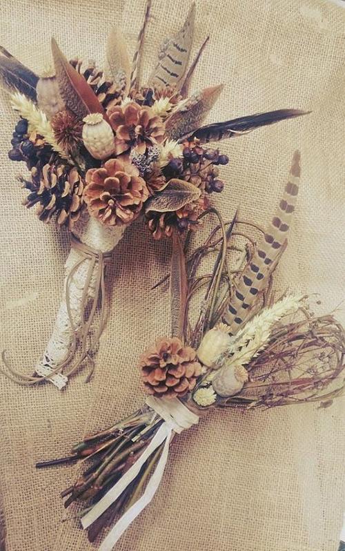 Lông vũ, quả thông là những nguyên liệu được dùng để kết hoa cầm tay cho đám cưới rustic hoặc theo đuổi phong cách vintage.