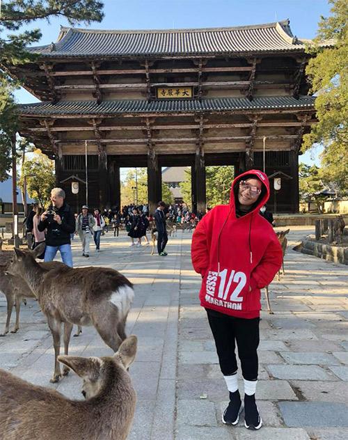 Trong những ngày ở Osaka, cặp đôi còn có cơ hội ghé thăm chùa Đại Đông tự, một ngôi chùa lớn và thanh bình ở thành phố này. Ngôi chùa có tuổi đời 600 năm, nơi có tượng Phật Thích ca Mâu Ni khổng lồ bằng đồng. Một điều thú vị là từ cổng vào đến chùa có rất nhiều nai. Phượng mua bánh cho ai ăn, chúng cúi đầu chào mình mỗi khi mình cúi đầu chào nai. Cưng lắm, nữ diễn viên chia sẻ.