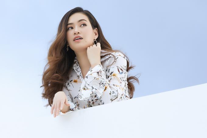 Mùa hè cô thích mặc áo họa tiết hoa lá kết hợp chân váy khi tới công sở. Ngoài nghệ thuật, Diễm Trần đang kinh doanh dược phẩm và mỹ phẩm nhập khẩu cùng gia đình.