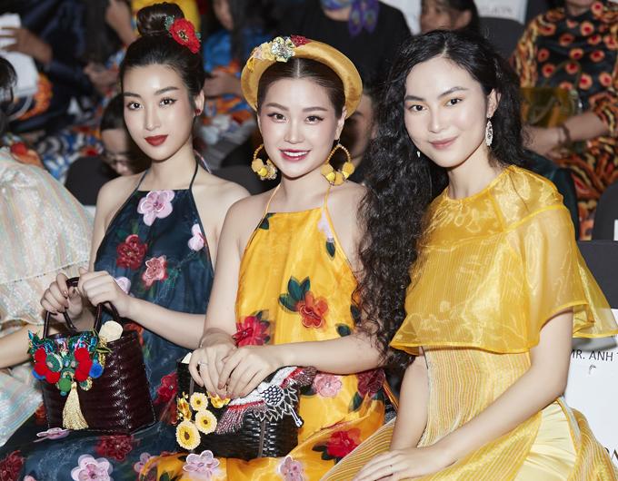 Đỗ Mỹ Linh ngồi cùng hàng ghế với Á hậu Diễm Trang (giữa) và fashionista Helly Tống (ngoài cùng bên phải).