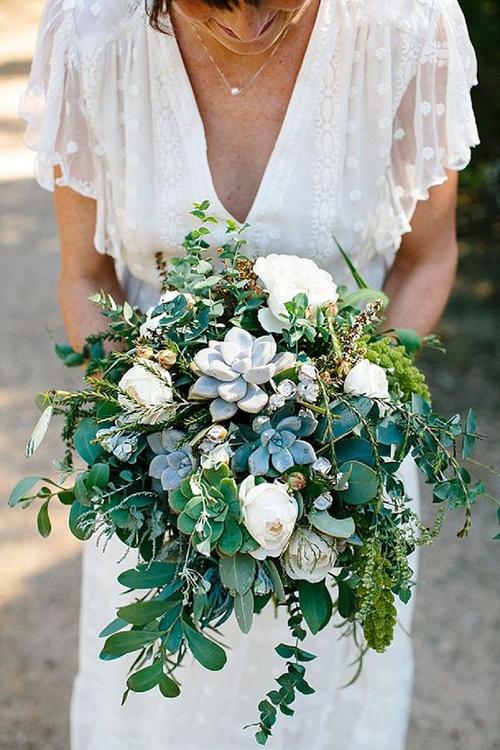 Nếu là fan của sen đá, bạn có thể dùng loại cây này để kết thành hoa cầm tay. Bó hoa sẽ giúp bạn thể hiện trọn vẹn tinh thần của đám cưới rustic hoặc minimalist.