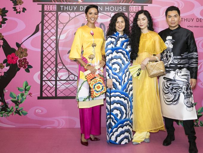 Stylist Nguyễn Hoàng Anh (ngoài cùng bên phải)vui vẻ hội ngộ bạn bè nghệ sĩ tại show diễn của Thủy Nguyễn.
