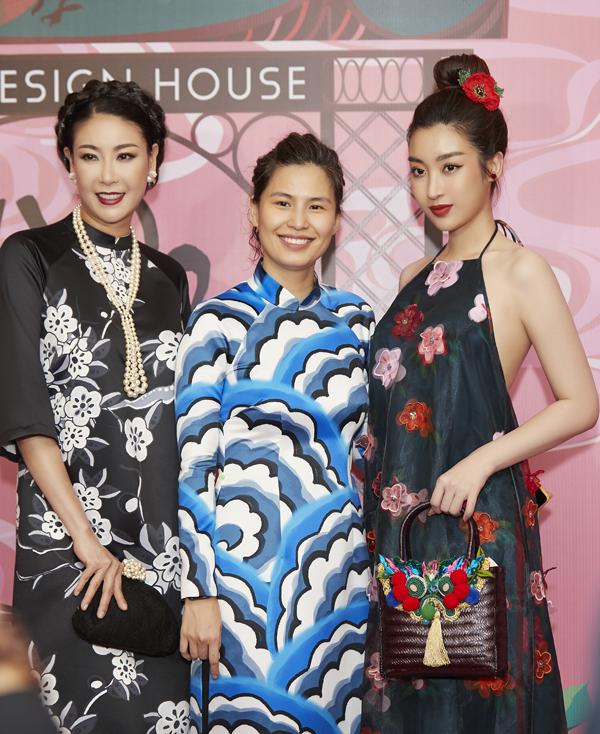Hoa hậu Hà Kiều Anh phối trang phục, phụ kiện phong cách sang trọng, cổ điển đi xem thời trang.