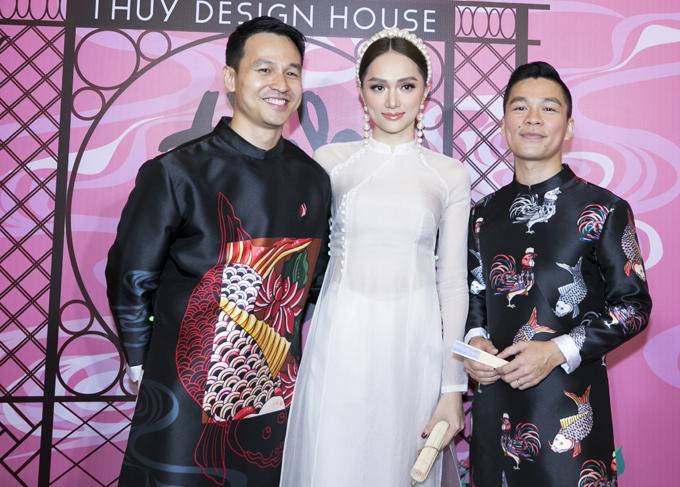 Hương Giang chụp ảnh cùng cặp đôi đồng tính Adrian Anh Tuấn - Sơn Đoàn.