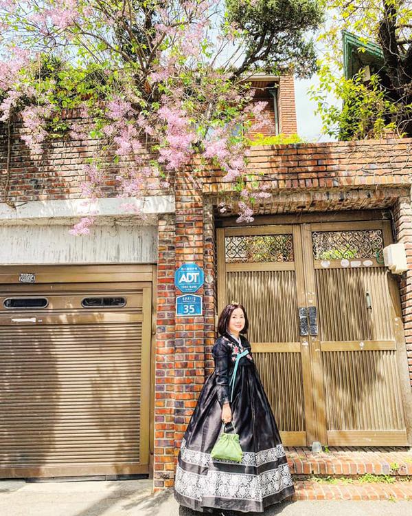 Mẹ Huyền My ngoài 40 tuổi nhưng có ngoại hình và tính cách rấttrẻ trung. Khi chia sẻ những hình ảnh mặc trang phục truyền thống của Hàn Quốclên trang cá nhân, mẹ Á hậu đượcnhiều khán giả khen ngợi, thậm chí có ý kiến còn cho rằng, Huyền My và mẹ như hai chị em gái.