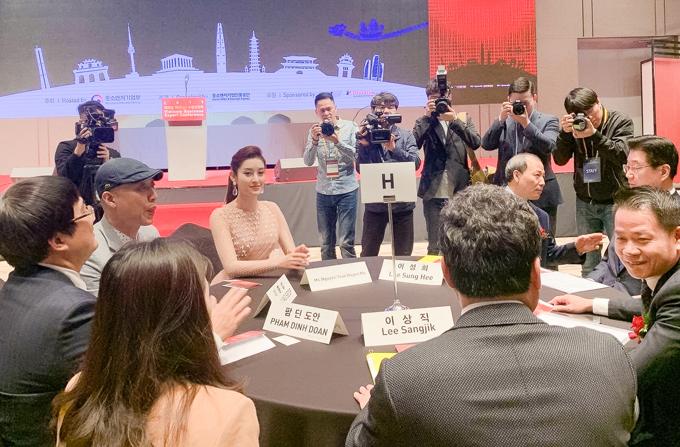 Cô rạng rỡ giao lưu với các khách mời trong Hội nghị xúc tiến thương mại Việt - Hàn.