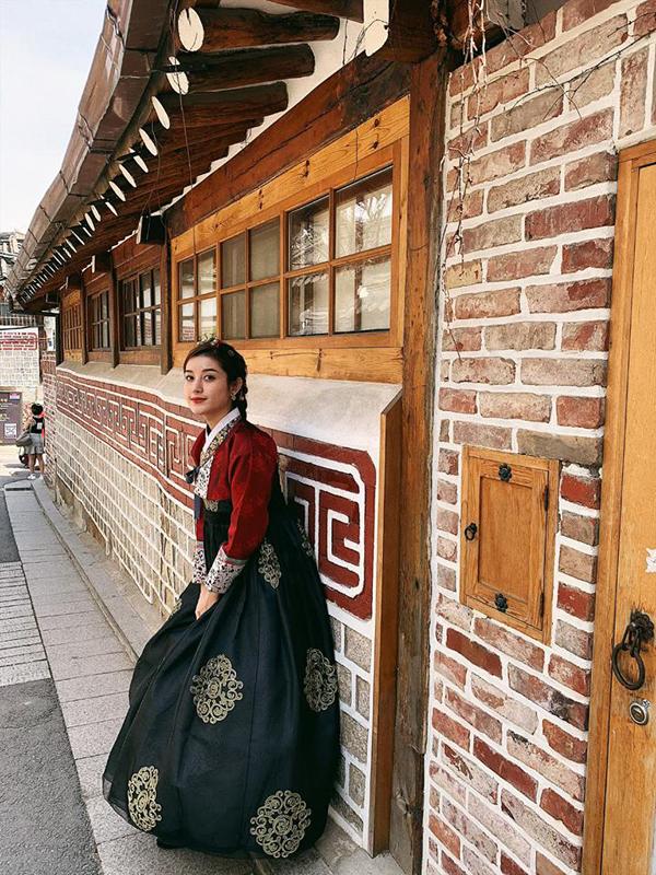Á hậu duyên dáng trong bộ Hanbok, khoe dáng trên con phố thanh bình của làng cổHanok Bukchon.