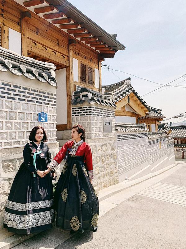 Huyền My được mẹ tháp tùng trong dịp sang Seoul tham dự một sự kiện giao lưu thương mại. Hai mẹ con Á hậu tranh thủtham quan một số địa danh du lịch nổi tiếng như làng cổHanok Bukchon.