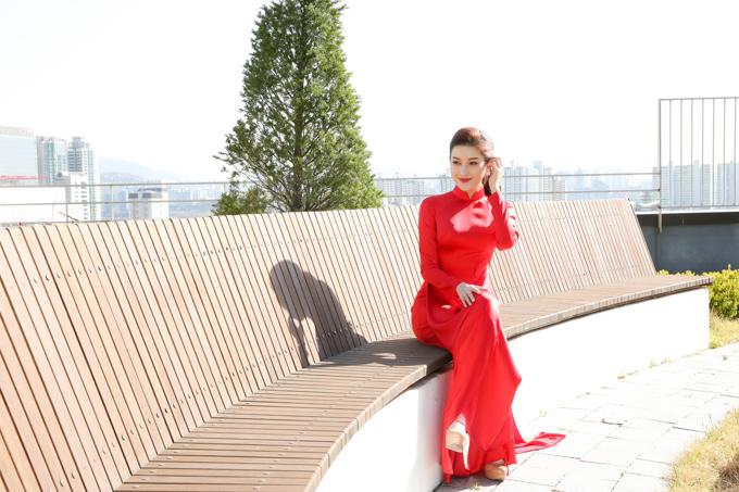 Trong chuyến công tác ở Hàn Quốc, Huyền My chọn áo dài truyền thống màu đỏ nổi bật khidự sự kiện giao lưu với giớidoanh nhân.