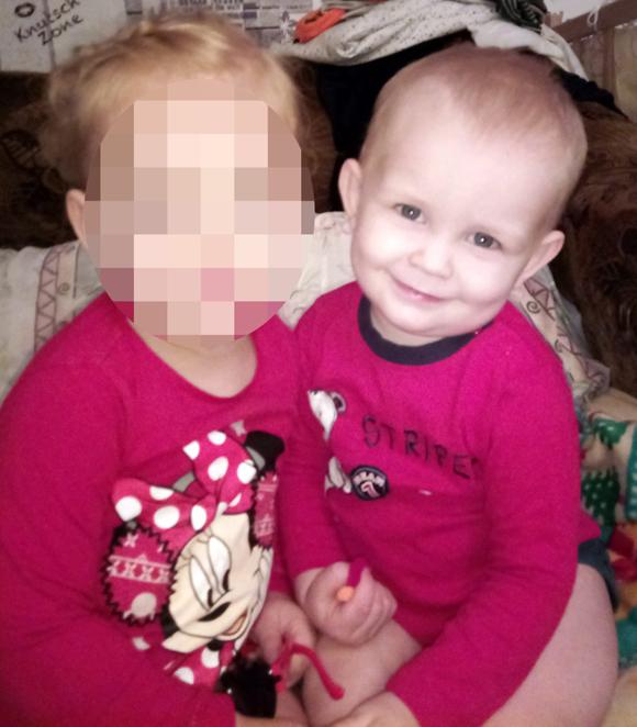 Bé Danill (phải) và bé Anna (trái) trước khi bị mẹ giam cầm, bỏ đói trong nhà suốt 9 ngày ở Kiev, Ukraina. Ảnh: East2west.